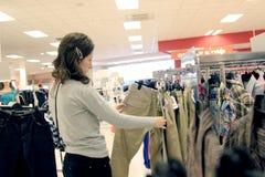 Покупка женщины в магазине стоковое фото