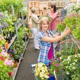 Покупка женщины для цветков в магазине сада Стоковое Изображение RF