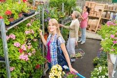 Покупка женщины для цветков в магазине сада Стоковая Фотография RF