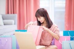 Покупка женщины на интернете стоковое изображение rf