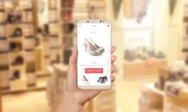 Покупка женщины обувает онлайн с современной чернью app Стоковые Фотографии RF