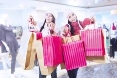 Покупка зимы с друзьями на моле Стоковое Изображение