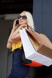 Покупка молодой женщины идя Стоковые Фотографии RF