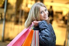 Покупка молодой женщины Стоковая Фотография