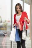 Покупка молодой женщины Стоковое Фото