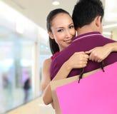 покупка нося пар привлекательного мешка счастливая стоковые фотографии rf
