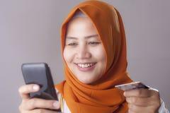 Покупка онлайн от концепции мобильного телефона стоковое фото rf