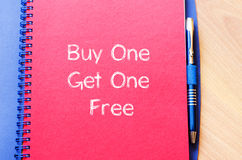 Покупка одно получает одно свободный пишет на тетради Стоковая Фотография RF