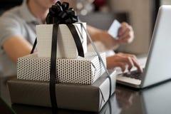 покупка подарка он-лайн Стоковая Фотография