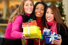 Покупка рождества друзей с настоящими моментами в моле Стоковая Фотография