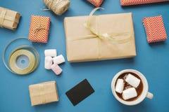 покупка рождества Подарки, кредитная карточка и какао на голубом backg Стоковые Фото
