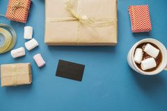 покупка рождества Подарки, кредитная карточка на голубой предпосылке Стоковое Изображение