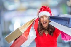 покупка рождества Привлекательная счастливая девушка с кредитной карточкой и s Стоковое Изображение