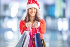 покупка рождества Привлекательная счастливая девушка с кредитной карточкой и s Стоковые Фото