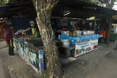 Покупка тайских людей и еда улицы продажи около дороги на местном ресторане стоковое фото