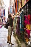 покупка товаров мусульманская стоковые фотографии rf
