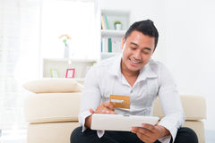 Покупка человека он-лайн Стоковое Изображение RF