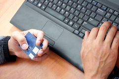 покупка человека товаров кредита карточки к использованию Стоковые Фотографии RF