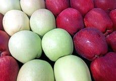 покупка grocer красная s зеленого цвета предпосылки яблок стоковые фотографии rf