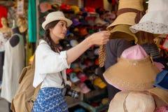 Покупки азиатского китайского путешественника туристские Стоковое фото RF