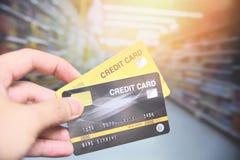 Покупки в супермаркете - рука кредитной карточки держа выплату по кредитной карточке стоковые изображения rf