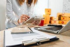 Покупки дела онлайн в домашнем офисе бесплатная иллюстрация