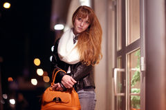 Покупки девушки на городе ночи Стоковое фото RF