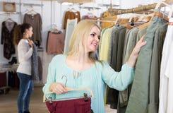 Покупки девушки на магазине одеяния Стоковое Изображение