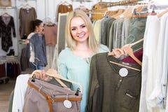 Покупки девушки на магазине одеяния Стоковое фото RF