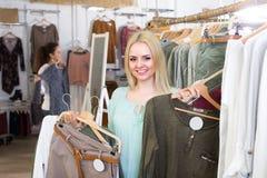 Покупки девушки на магазине одеяния Стоковые Изображения RF