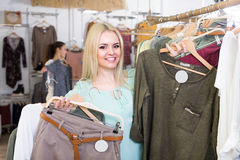 Покупки девушки на магазине одеяния Стоковые Изображения