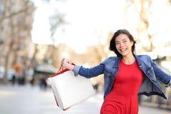 Покупки девушки покупок счастливые снаружи Стоковые Изображения RF