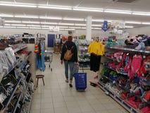 Покупки женщины в торговом центре Стоковое фото RF