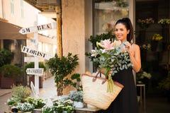 Покупки женщины для цветков Стоковое Изображение