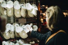 Покупки женщины для Christmasgifts для ботинок детей Стоковые Изображения RF
