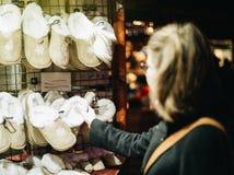 Покупки женщины для Christmasgifts для ботинок детей Стоковое Фото