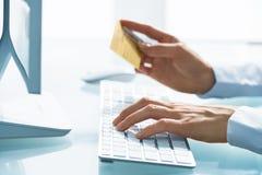 Покупки женщины используя компьютер и кредитную карточку крыто Конец-вверх Стоковая Фотография