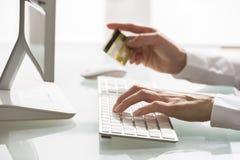 Покупки женщины используя компьютер и кредитную карточку крыто Конец-вверх Стоковые Изображения