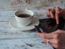 Покупки женщины используя ПК и кредитную карточку таблетки Конец-вверх Стоковые Фото