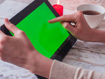 Покупки женщины используя пустой ПК таблетки экрана крытый конец-вверх Стоковые Фото