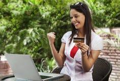 Покупки женщины онлайн и делая кулак Стоковые Изображения RF