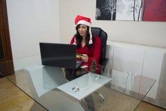 Покупки женщины рождества Санты онлайн Стоковое Изображение