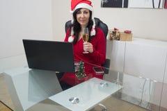 Покупки женщины рождества Санты онлайн Стоковые Фотографии RF