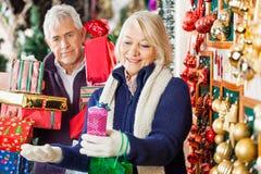 Покупки женщины с настоящими моментами удерживания человека в магазине Стоковые Фотографии RF