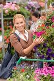 Покупки женщины для красочного садового центра цветков Стоковое фото RF
