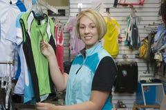 Покупки женщины для одежды спорт в магазине Стоковые Фото