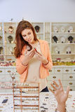 Покупки женщины для ювелирных изделий в магазине Стоковые Изображения