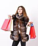 Покупки или подарки на день рождения Бутик женщины ходя по магазинам роскошный Дама держит хозяйственные сумки Рабат и сбывание П стоковое фото