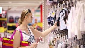 Покупки матери для одежд детей сток-видео