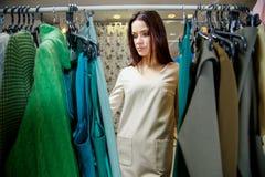 Покупки молодой женщины в магазине одежды Стоковые Изображения RF